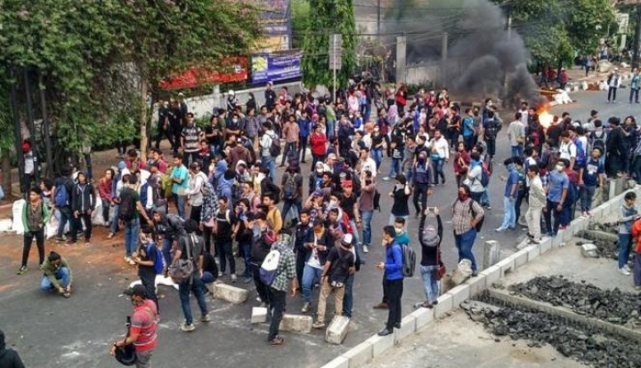 """Aksi Demo """"Sadis"""" Para Mahasiswa YAI"""
