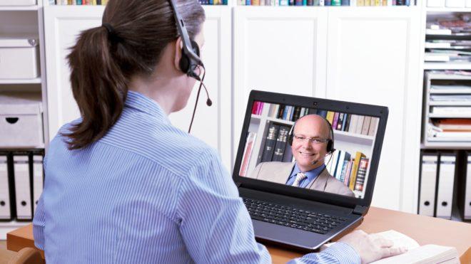 jaga kontak mata ketika interview via telepon video